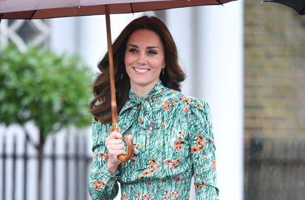 Tal vez Kate Middleton no conoció a la Princesa Diana, pero eligió el outfit perfecto para honrar su legado. La Duquesa de Cambridge acompañó a su esposo, el príncipe William, y su hermano, el Príncipe Harry, a una visita al jardín memorial este miércoles para recordar el 20 aniversario de la muerte de Lady Di. […].