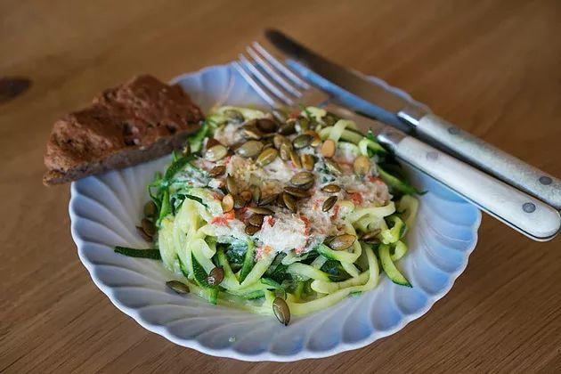 Courgetti (Courgette-spaghetti) med stærk kokossauce og rosmarinbrød er en delikat aftensmad, som både mætter, smager godt og stærkt, og er let at