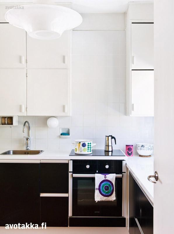 Uusien alakaappien ja vanhojen yläkaappien ansiosta keittiö on moderni, mutta 50-luvun tunnelma on silti säilynyt.