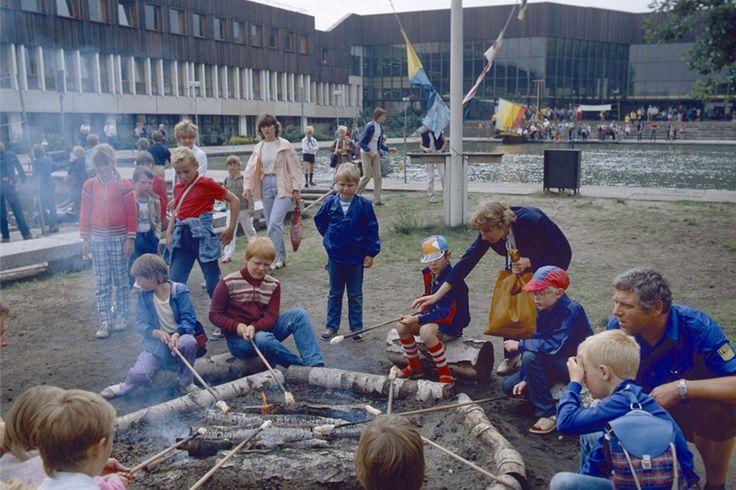familien mit kindern im jahr 1985 beim gemeinsamen backen von stockbrot im pionierpark in berlin. Black Bedroom Furniture Sets. Home Design Ideas