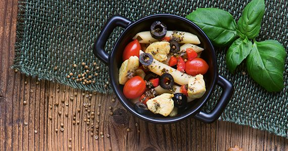 Sałatka z kurczakiem, kolendrą i makaronem