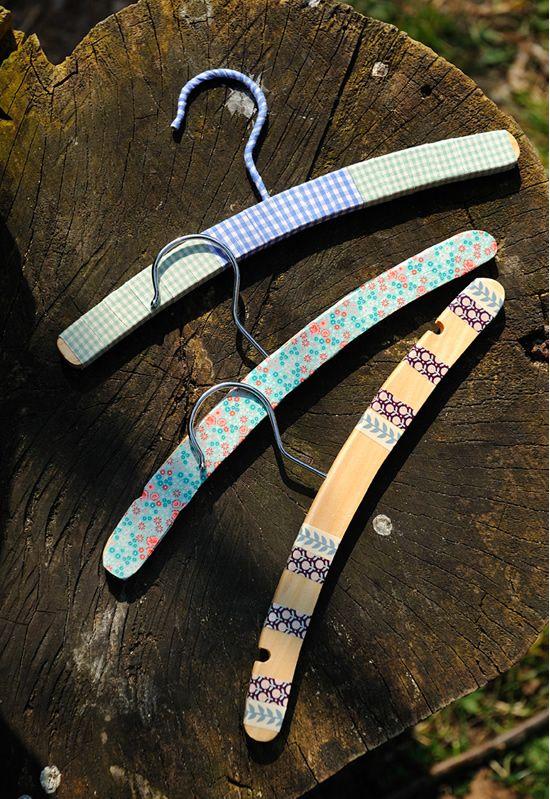 Décorer des cintres avec du masking tape et du ruban adhésif : http://www.modesettravaux.fr/tuto-deco-cintres-masking-tape-ruban-adhesif/
