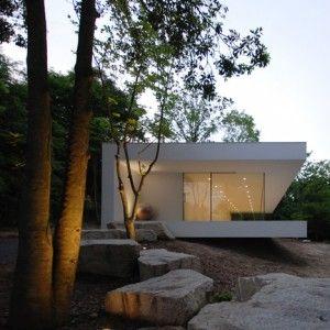 Elongated gallery and house by Shinichi Ogawa
