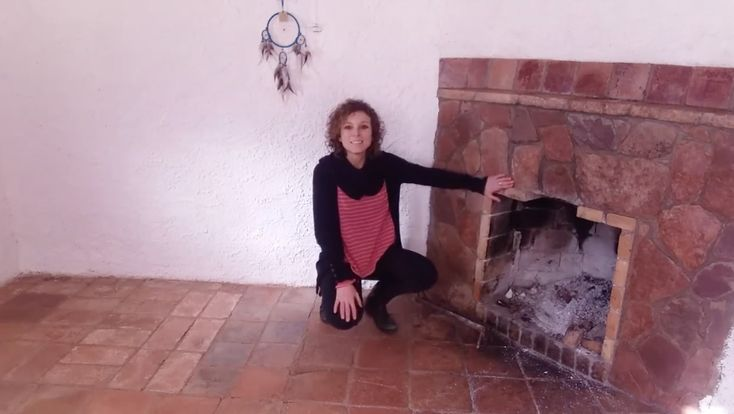 La chimenea abierta es muy cálida y confortable pero también tiene sus riesgos, en este vídeo te los explico para que puedas prevenir posibles trastornos en la salud de tu familia si en casa tenéis una. Para ver el video completo...https://www.facebook.com/112032765608761/videos/1333033356842023/ Biointerioriza tu calefacción!!!#calefaccion #chimenea #tactusterram #irenemuset #biointeriorismo
