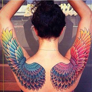 Esta increíble envergadura de alas arco iris. | 35 Diseños de tatuajes perfectos para el hombro
