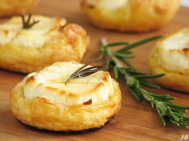 Gebakken geitenkaasjes (ingrediënten: geitenkaas, bladerdeeg, ei, honing en rozemarijn) (@ Carolines Blog)