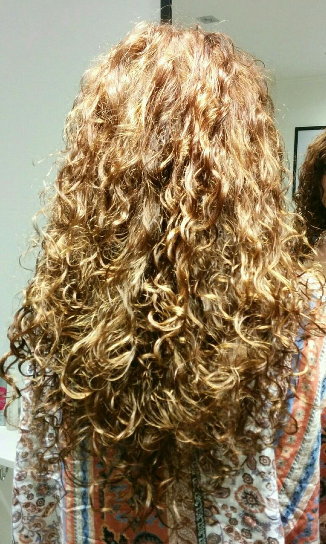 Prachtige krullen na een krullenknipbehandeling. Krullen geknipt in een mooi rond model bij krullenkapper Haarstudio DUET & friends ( Enschede ) te Hengelo. Dit is natuurlijk krullend haar, geen permanent en NIET geknipt met de Curlsys methode van Brian Mclean, model is geknipt door krullenkapper Marjan van Haarstudio Duet & friends.