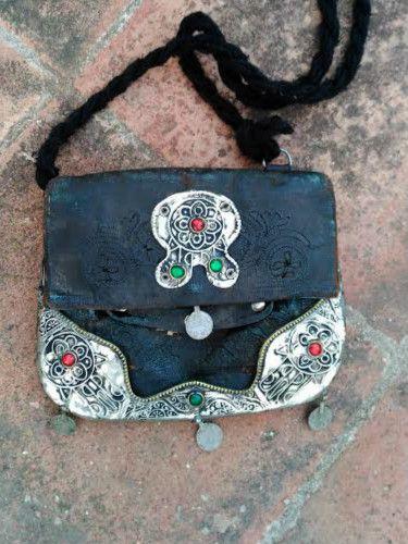 Exclusivo con2takones. Trabajado en cuero envejecido con estaños , monedas y piedras naturales. Color gris azulado. Pieza exclusiva trabajada por artesanos.