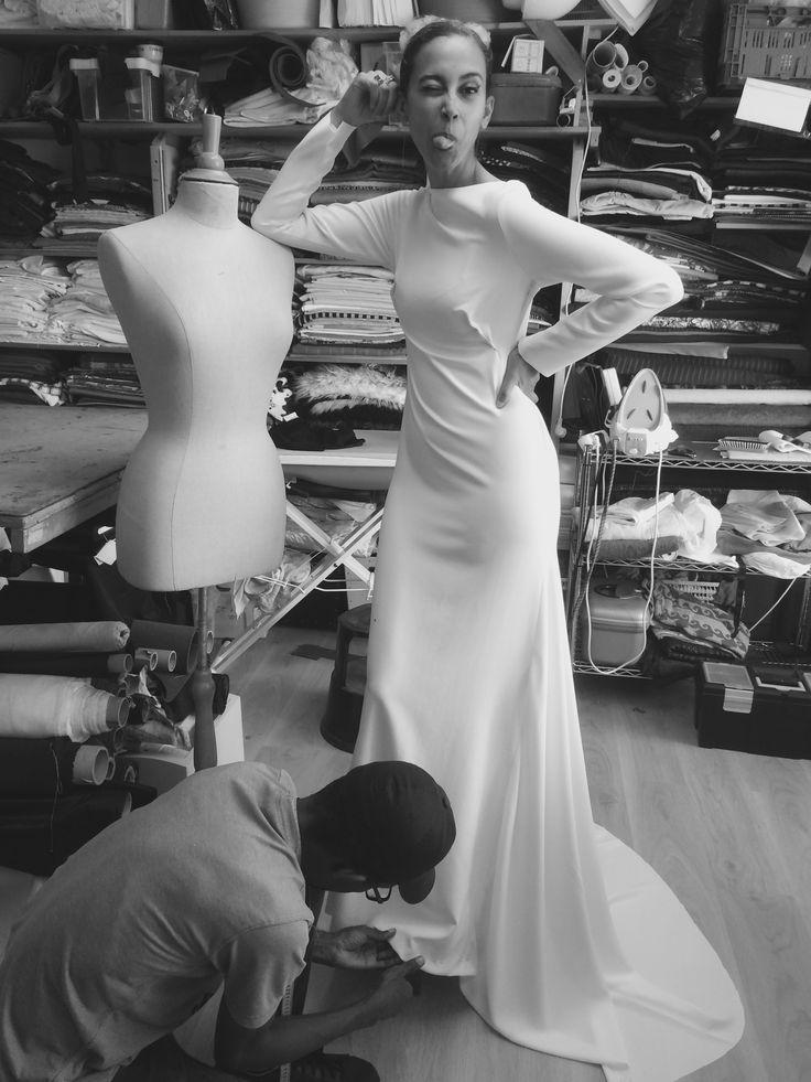 Een wit pak van Alexander McQueen werd opgevolgd door een met bevriende ontwerper Gary Symor bedachte trouwjurk in een statige, minimalistische stijl. - VOGUE Nederland