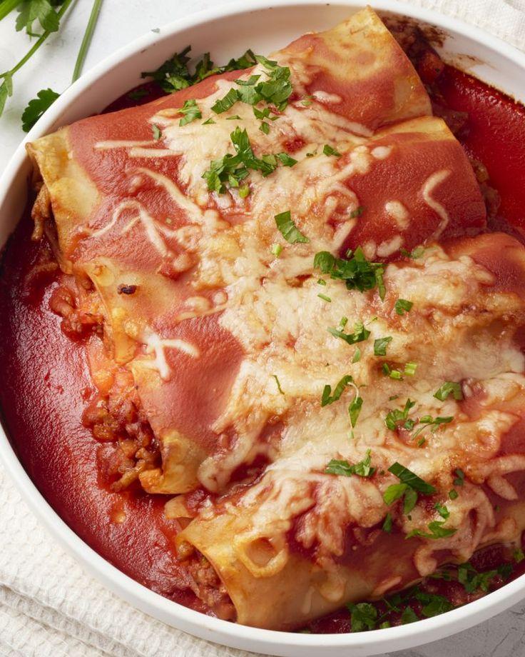 Cannelloni met een klassieke Bolognaisesaus. Het is toch weer eens iets anders als een gewone spaghetti. Wel even lekker, dat wel! Laat het smaken.