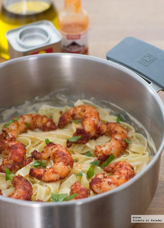 Pasta con salsa de mayonesa picante y gambas al pimentón. Con fotos del paso a paso y la presentación. Trucos y consejos de elaboración....