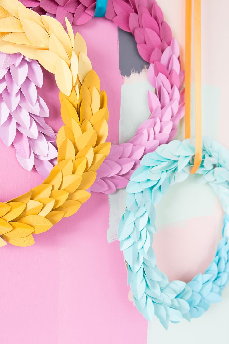 All you need is paper and glue to create these stunning ombre paper leaf fall wreaths. Perfect for your Thanksgiving decor.