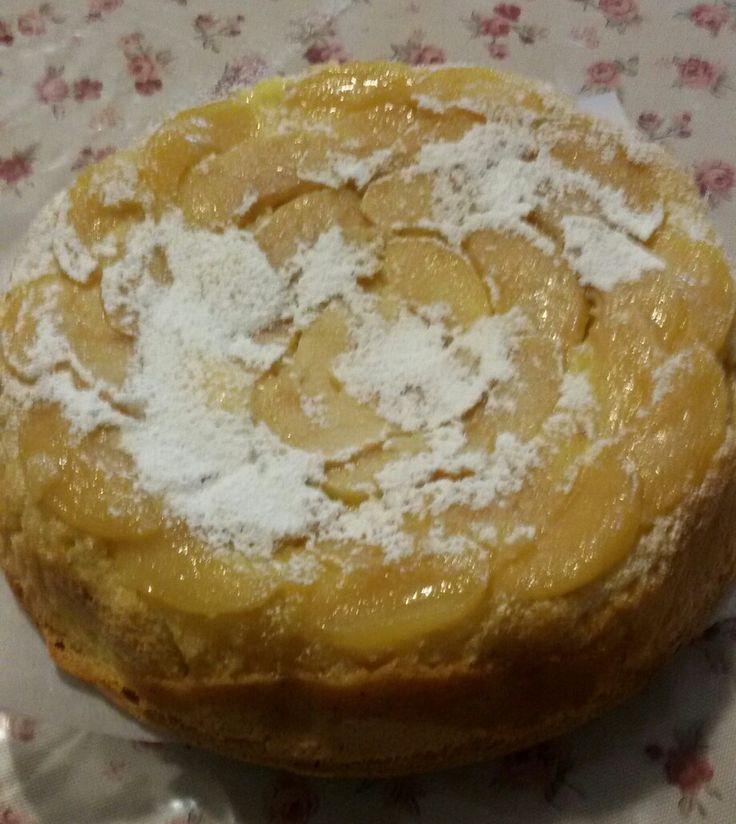 Torta di mele golosa con crema pasticcera.