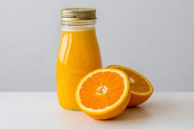 Sok pomarańczowy przygotowany w wyciskarce Kuvings Whole Juicer C9500.