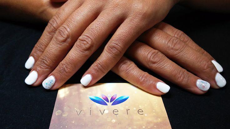 Λευκό με ιριδίζον γκλίτερ! #white #semipermanent #glitter #vivere #nails #manicure