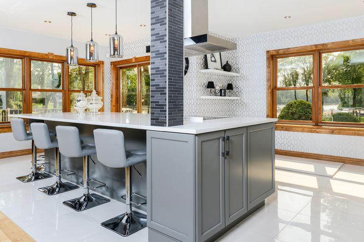 © Design: Centre Design Réalité /// Traditional glamour kitchen in grayshades with large central island. /// Cuisine classique glamour avec portes aux teintes grises. #Traditional #chic #glamour #centralisland #nature #gray #grayshades #refined #light,