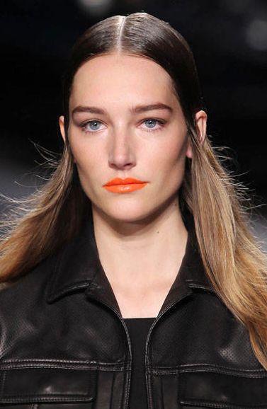RAG & BONE deciden darle todo el protagonismo a los labios con un lipstick naranja