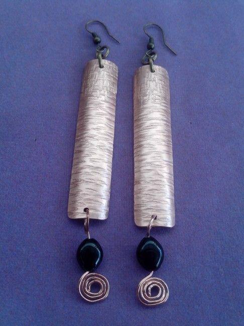 Aros de cobre texturizado y ónix.