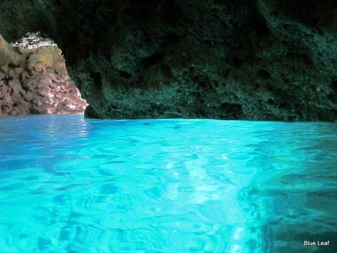 イタリアのカプリ島にある「青の洞窟」。その美しさから世界中の観光客に人気の場所になっています。しかし、イタリアにも負けない美しさの「青の洞窟」が沖縄にもあったんです!
