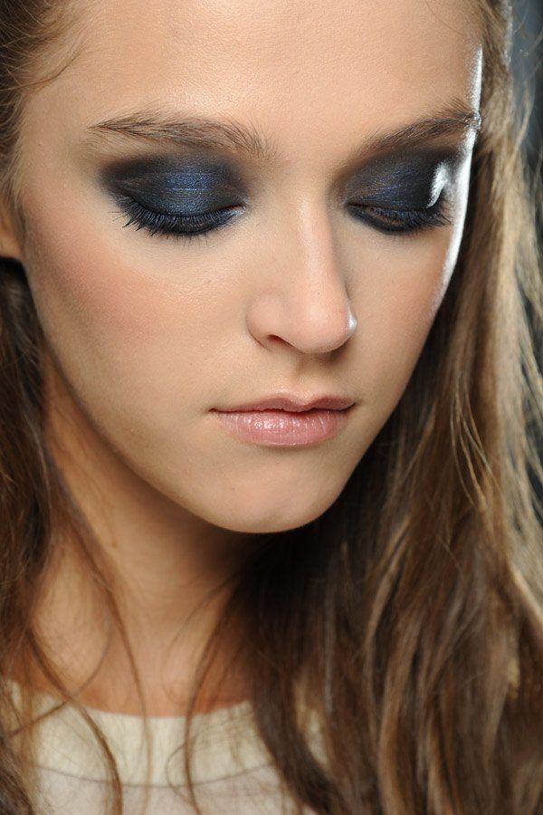 Schwarz-blaue Smokey Eyes - perfekt für die Party-Nacht!
