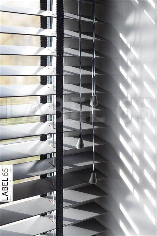 """Moderne houten jaloezieen geven uw huis een strakke en toch huiselijke uitstraling! Bijvoorbeeld de Label 65™ Houten Jaloezieen 50 mm """"Trendy"""" Prachtige raambekleding!"""