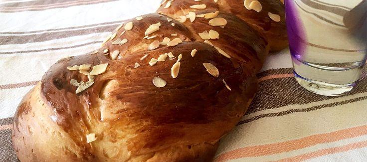 """Τσουρέκια πασχαλινά: Απίστευτα μυρωδάτα τσουρέκια. Μια """"πειραγμένη"""" πολίτικη συνταγή η οποία θα σας συναρπάσει με την σχετική ευκολία της και το εκπληκτικό της αποτέλεσμα."""