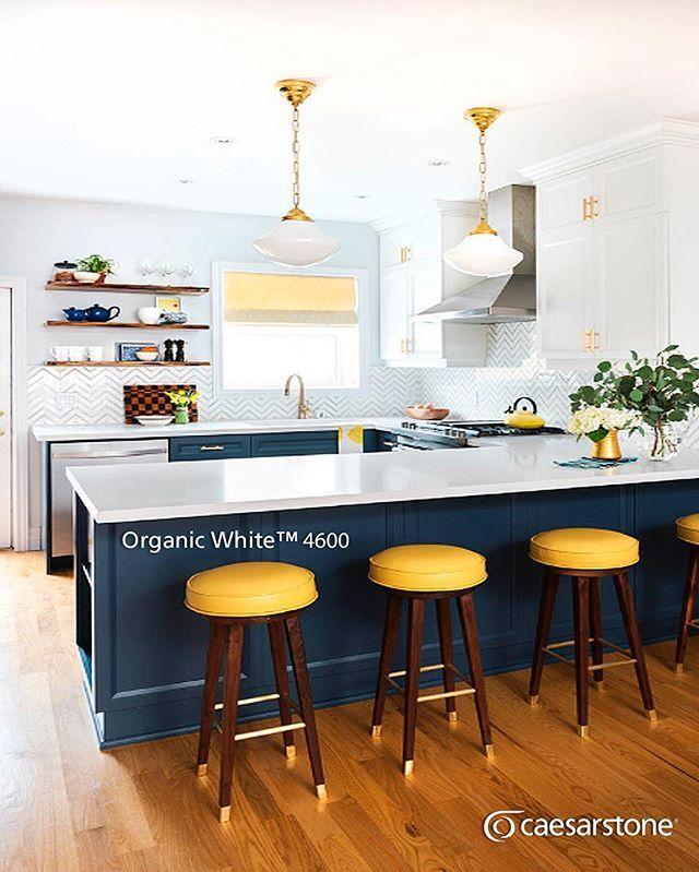 Esta cocina transmite mucha alegría y limpieza gracias a las características de la superficie Organic White™ que continúa con la tendencia de cocinas en blanco. #caesarstone #caesarstonemx #cocinas #cocinasmodernas #baños #tendencias #tendencias2016 #ideas #ideasparalacasa #islasdecocina #cuarzo #cubiertasdecuarzo #encimeras #marmol #granito #ambientes #quartz #archdaily #arquitectura #arquitecturamx #remodelacion #construccion #interiorismo #casasboutique #interiorismomexico #diseño…