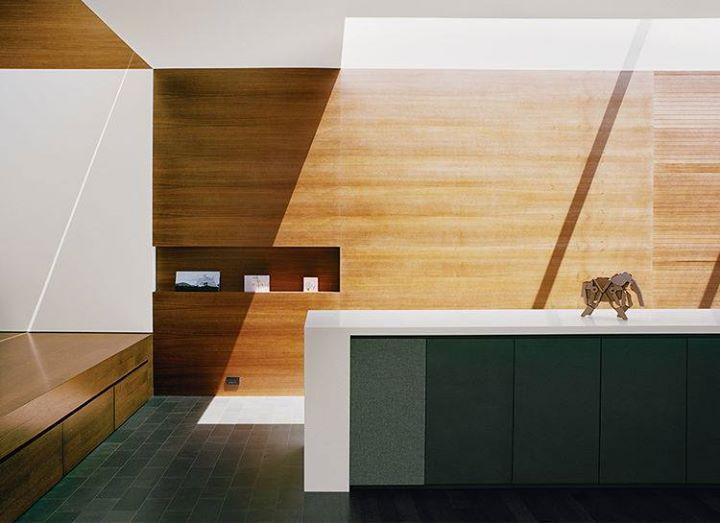 Hide and seek. 位於舊金山的這個住家改造案,這是 Cary Bernstein Architect 事務所的設計作品。利用木材質作為結構和壁面,設計出許多隱藏性收納機能,除了讓空間變得簡潔外,更增加了坪效使用率。  via Cary Bernstein Architect