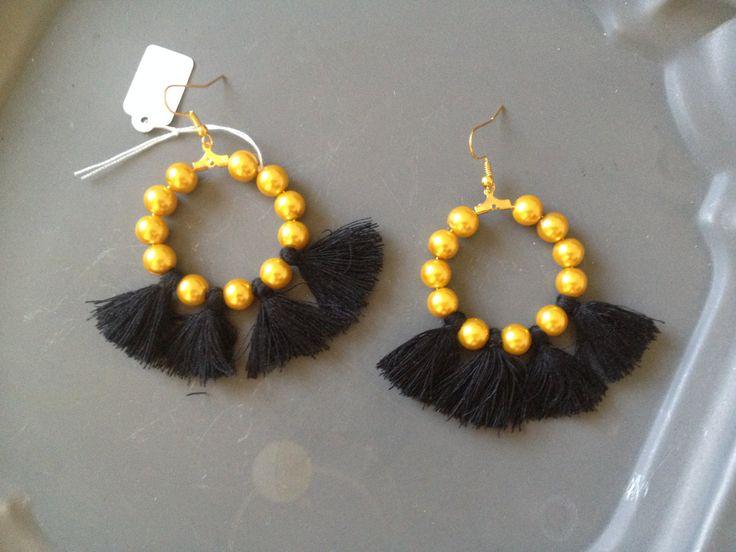 orecchini con perline dorate  e nappine nere, earrings  di iddidesign su Etsy