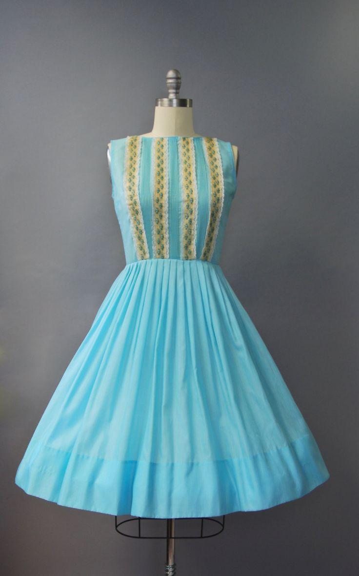 Absoluut PRACHTIGE 1950s levendige blauwe jurk met taille gesmoord, zeer volledige rok, mouwloos mes geplooid bovenlijfje met prachtige blauwe roos geborduurde trim de voorste ingelijst in kant en verborgen terug rits. Bekleed, semi pure. Zo mooi!  voorwaarde: uitstekend, vers schoongemaakte en klaar om te dragen Label: niets (maar erg denken aan een Laiglon!) materiaal: katoen, polyester mix  ---✄---Metingen---✄--- Bust: 38 in Taille: 28 in schouder aan taille: 16 in lengte: 41 in passen…