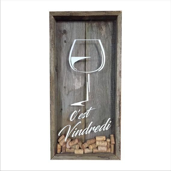 Collectionnez vos bouchons de vin de façon originale tout en embellissant votre décor avec ce magnifique cadre fait à la main en bois de grange recyclé! Dimensions approx.: 24 po x 12 po x 2,5 po Tous les cadres sont faits à la main. En raison de la nature du bois récupéré, chaque morceau de bois est très différent dans la façon dont il est usé. Des trous laissés par les clous (de la vie précédente du bois) peuvent être ou ne pas être présents sur votre modèle. *Bouchons non inclus