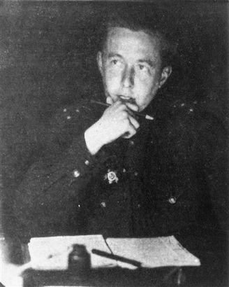 1944, en capitaine de l'Armée Rouge. (AP Photo)   1946, déporté. (AP Photo/File)   Alexander Solzhenitsyn dans les années 1950, au camp de ...