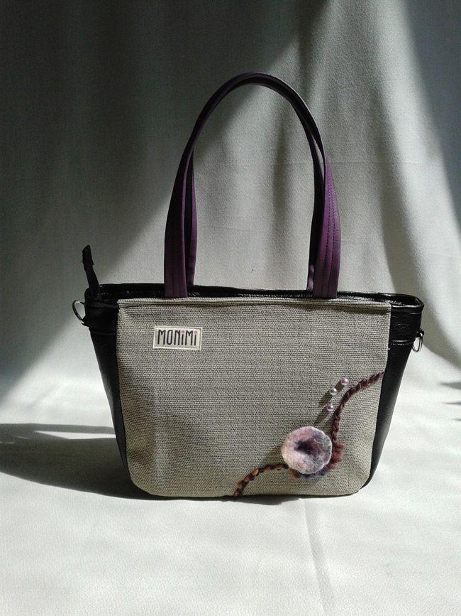 Kedvenced a lila? De azért ne legyen annyira kötött, illeszkedjen minden ruhádhoz… Ez a #táska éppen ilyen! A fekete textilbőr, a szürkés-drappos erős vászon minden évszakban hordhatóvá teszi ezt a táskát. Nemez virágot, gyapjúfonalat és gyöngyöket használtam a díszítéshez.