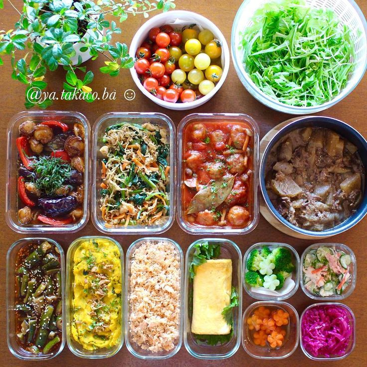 常備菜post 今週の私の家事貯金。 ・ ・ -*-*-*-*-*-*-*-*-*-* ・ 《上段左から》 カラフルトマト(50度洗い) 水菜(50度洗い) 茄子とベビー帆立の南蛮漬けサラダ 小松菜と切り干し大根の胡麻和え 肉団子のトマト煮込み 牛すじ煮込み ピリ辛きゅうり漬け かぼちゃクリチサラダ 鮭フレーク 出汁巻き玉子 茹でブロッコリー カニカマと胡瓜のマヨ和えサラダ 花にんじんの煮物 紫キャベツマリネ ・ ・ -*-*-*-*-*-*-*-*-*-* 今回のハイライトはなんと言っても 牛すじ煮込み 週末に焼肉を食べに行ったのですが、 そのお店の入り口に貼ってあった 【数量限定!A5和牛、牛すじ500g/600円】 そのお店、飛騨牛を出す人気店で いつも並ばないと入れないんです〜 ここの牛すじなんて、しかもA5なんて 値段もスーパーと変わらない!買うしかない! と張り切って買ってきた牛すじ肉。 ・ まずはやっぱり牛すじ大根と、 昨日の昼からきちんと下処理してじっくり煮込み トロットロになりました〜❣️ 手間かけたから?お肉がいいから? とにかく・・お、美味し過...