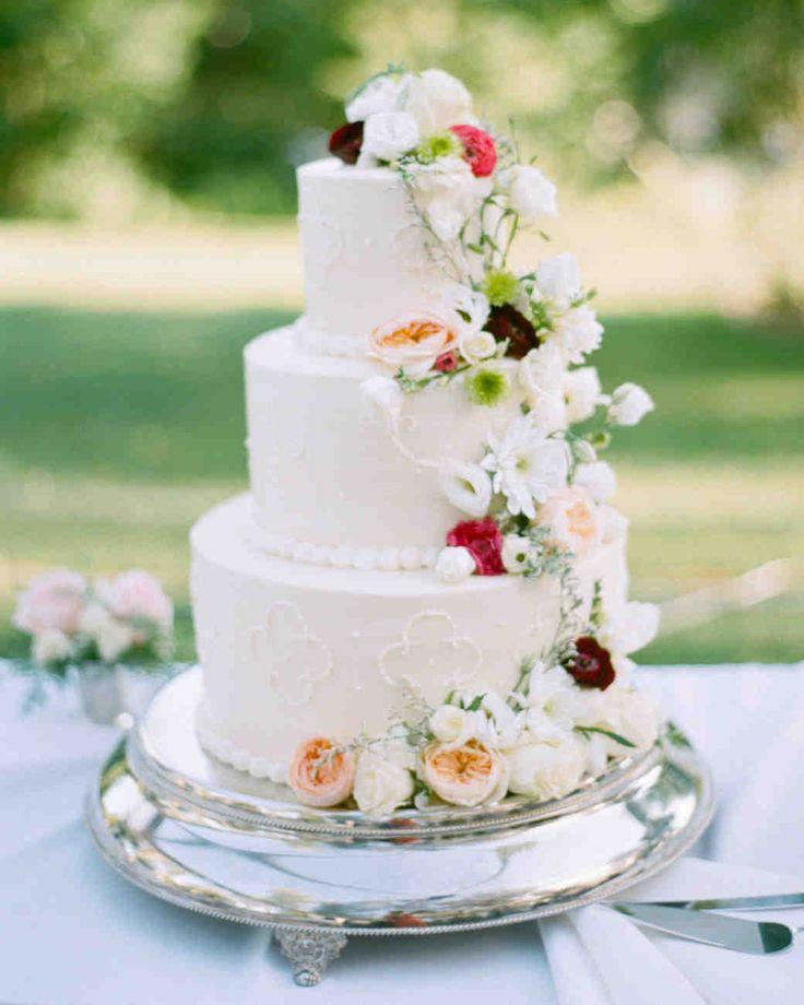 What an elegant wedding cake!