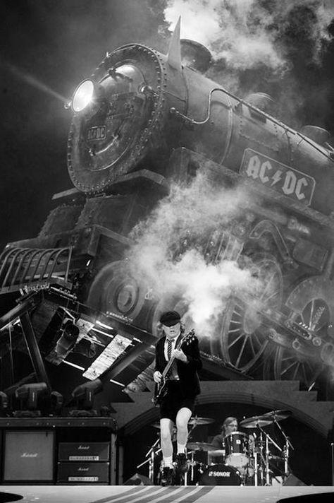 calmaapparenteerika:  victordiloday:  Prima di iniziare faccio un po' di sollevamento pesi con la sigaretta. Angus Young  Alzate il volume…..
