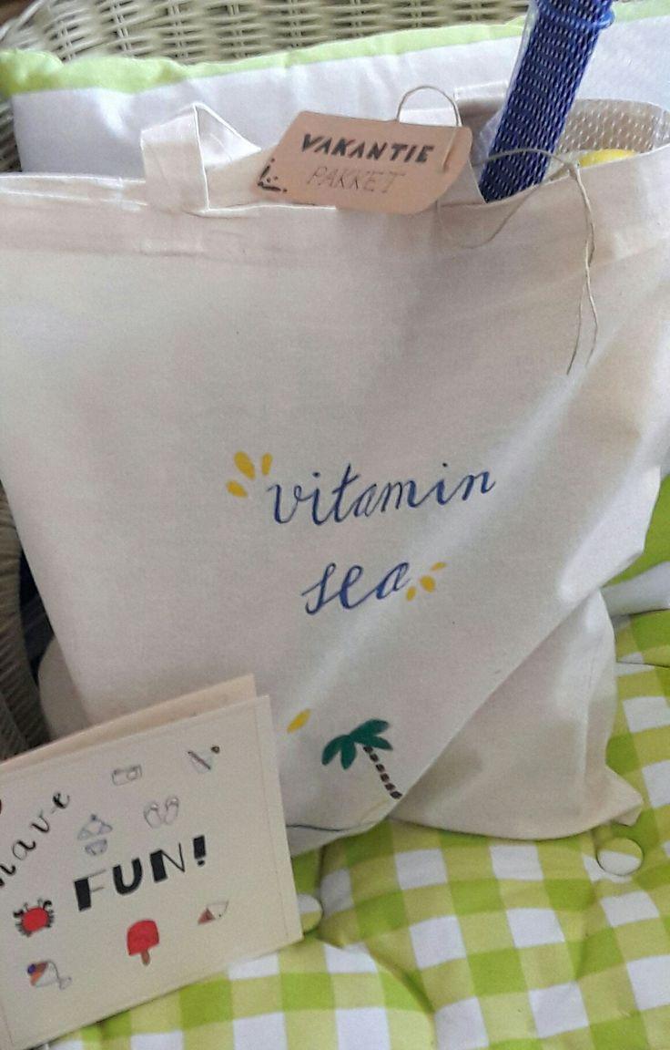 Vakantie- pakket bestaande uit: Tasje vitamin sea  Label vakantie pakket  Kaart Have fun Inhoud: Mini's  Snoep Taalgids  Tennisrackets  Tijdschrift