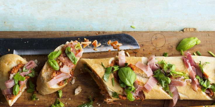 Boodschappen - Stokbrood met tomatentapenade, kaas en rauwe ham