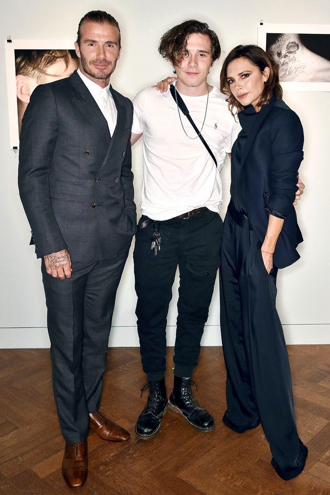 Дэвид, Бруклин и Виктория Бекхэм на презентации книги Бруклина в лондонском офисе Christie's 2017