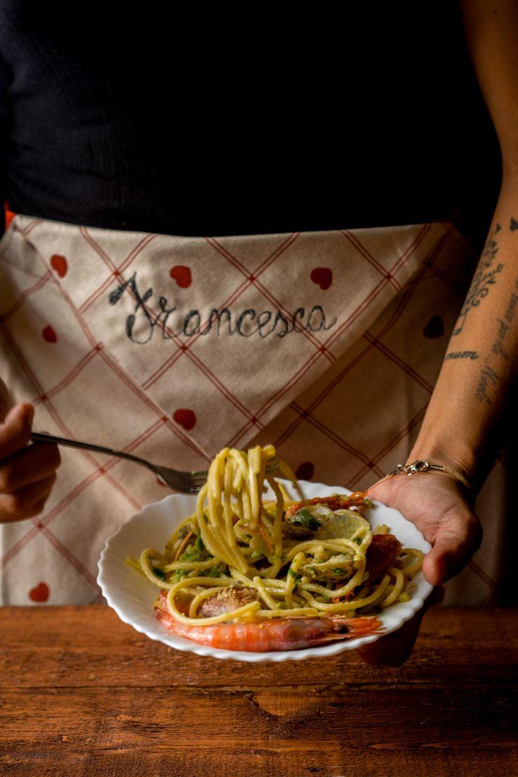 La ricetta degli spaghetti alle vongole, gamberi e zucchine dovete provarla! In famiglia piace tantissimo, condividetela sui social!