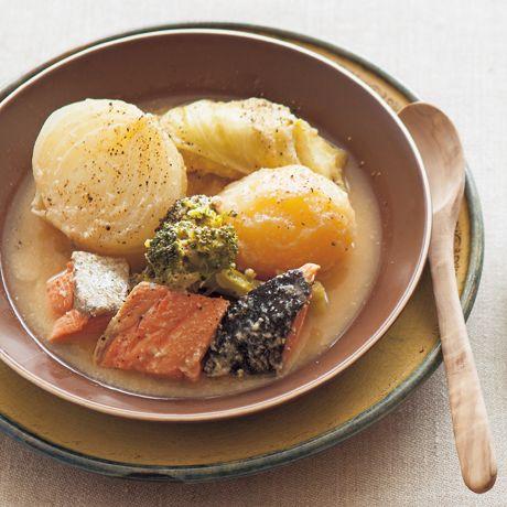 レタスクラブの簡単料理レシピ ヨーグルトを入れることで、鮭でも洋風スープになる「鮭のヨーグルトポトフ」のレシピです。