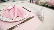 Décoration de table - Couleur gris et rose - Pliage de serviette - Vaissellejetable.fr