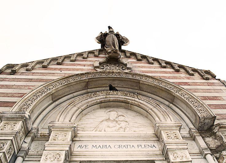 Vista frontal del Mausoleo de la Familia Pascal, en el cementerio 1 de Iquique, Chile. Dañado en el terremoto del 1 de abril de 2014. Construido en 1902 por el profesor Luigi Orengo, escultor Genovés.