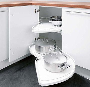 Rohové skříňky s vnitřním vybavením, nabízejícím bezproblémový přístup ke všem uloženým předmětům.