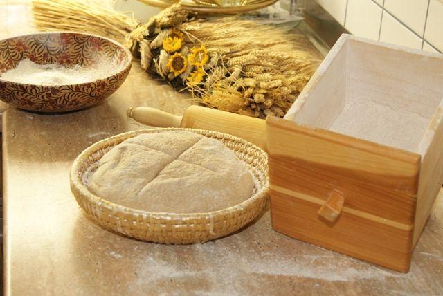 Im Naturhotel Faakersee bäckt Franziska  Frühstücksgebäck und unser Brot selbst. Das Getreide hierfür bauen wir selbst biologisch an und malen es kurz vor dem Verarbeiten frisch. Am Frühstücksbuffet finden Sie: vollwertigen Kuchen, Dinkelsemmel, Dinkelbrot, Roggen-Sauerteigbrot und Buchweizenbrot.