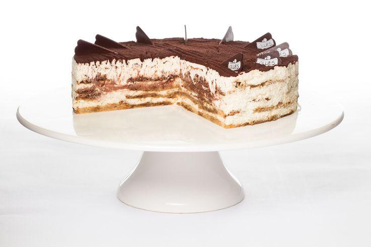 """Tiramisu dort - Tiramisu dort Lahodný nadýchaný dezert podle originální italské receptury, kde se snoubí silná černá káva, mascarpone a likér Amaretto. Vše s pověstným účinkem """"pozvedni mě""""."""