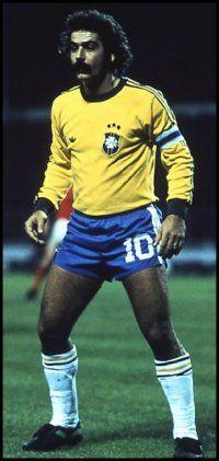 Roberto Rivelino (São Paulo, 1 de enero de 1946) es un exfutbolista brasileño. Considerado uno de los mejores jugadores sudamericanos de los años 1970 y uno de los grandes futbolistas brasileños de todos los tiempos, famoso por su potente disparo, pases magistrales, peculiar regate y gran calidad en el lanzamiento de penales y tiros libres. Integra la lista FIFA 100 y está incluido en el ranking del Mejor jugador sudamericano del siglo XX elaborado por IFFHS.
