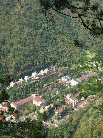Baile Herculane este situata in judetul Caras-Severin, Banat in partea de sud-vest a Romaniei, la o altitudine de 168 m, la 8 km distanta de granita cu judetul Mehedinti si doar 25 de km de frontiera cu serbia si face parte din Parcul National Valea Cernei-Domogled. satiunea Baile Herculane este una dintre cele mai vechi statiuni balneare ale lumii, cu o vechime atestata documentar de peste 1850 de ani. atestarea documentara a statiunii dateaza din anii 153 e.n., fapt consemnat intr-o tabula…