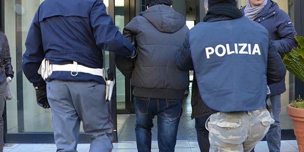 Catania, 64enne stupra ragazza tedesca in centro storico Un energumeno di 64 anni ha aggredito nella giornata di ieri una turista di origini tedesche a Catania. L'aggressione è avvenuta in pieno centro storico. Una pattuglia in servizio nella zona ha immed #catania #violenzasessuale #turista #sex