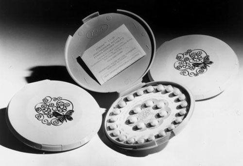 La píldora anticonceptiva oral combinada, es un método anticonceptivo que incluye la combinación de un estrógeno y una progestina (progestágeno). Cuando se toman por vía oral todos los días, estas pastillas inhiben la fertilidad femenina. Fueron aprobadas para el uso anticonceptivo en la década de 1950 en los Estados Unidos, y son un método anticonceptivo muy popular. Son actualmente usadas por más de 100 millones de mujeres en todo el mundo y casi 12 millones en los Estados Unidos.